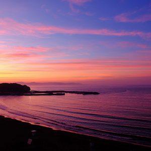 夏の朝焼けと海